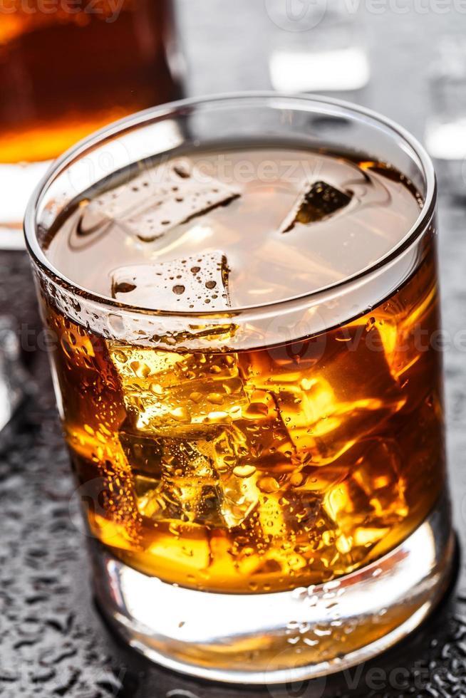 glas met alcoholische drank foto