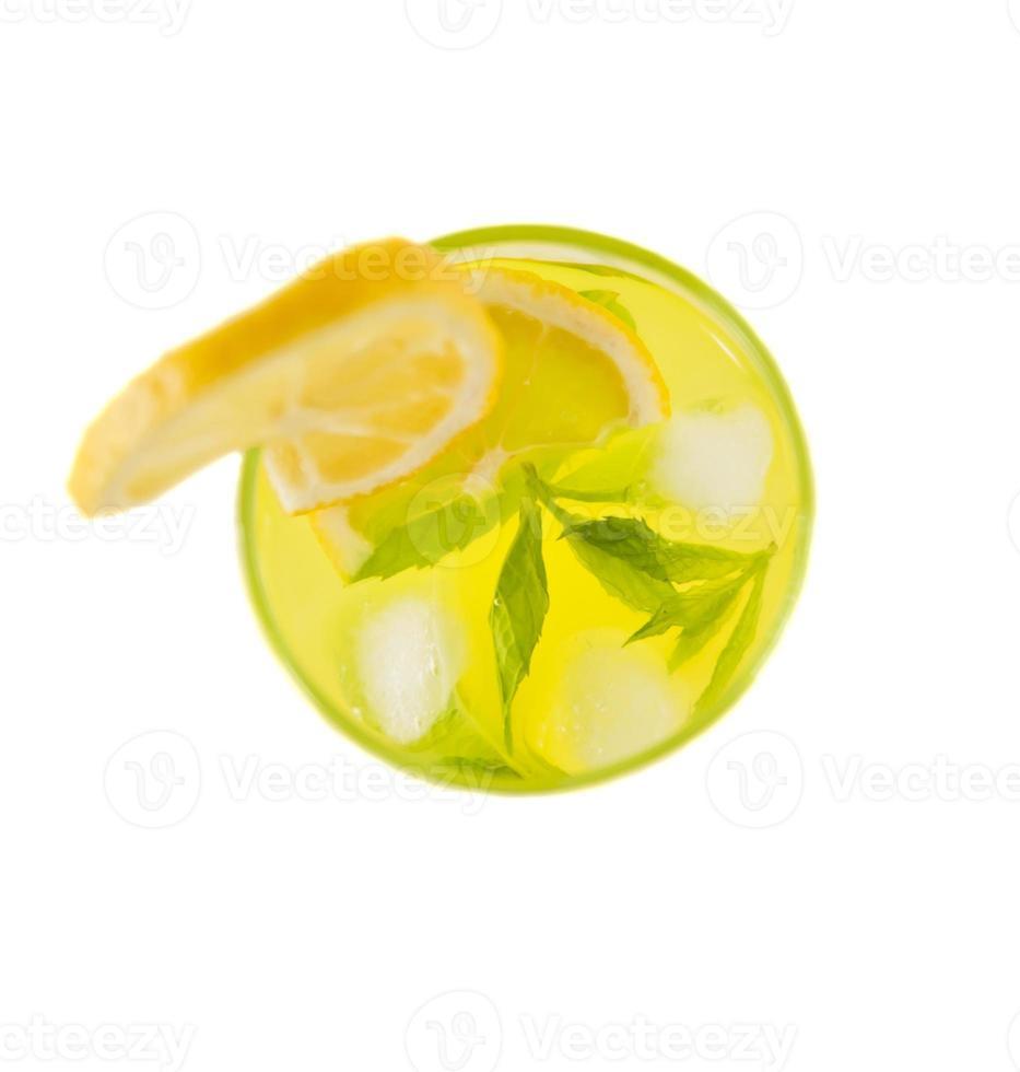 bovenaanzicht van koude limonade in glas. foto