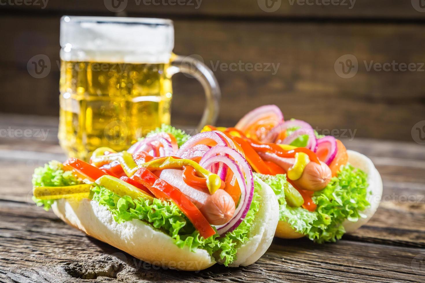 verse hotdog met worst en groenten foto