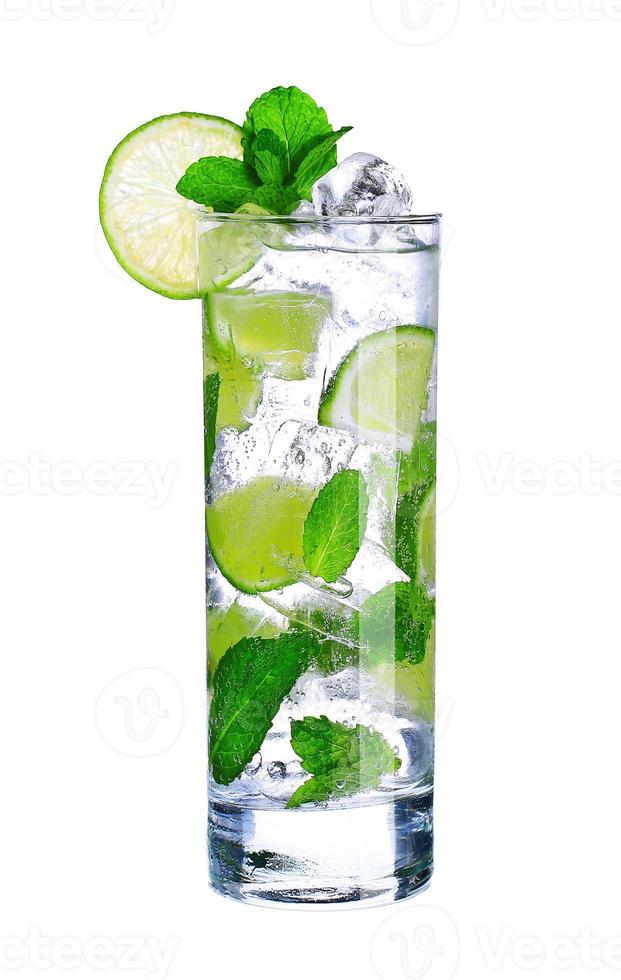 mojito cocktail in glas op wit wordt geïsoleerd foto