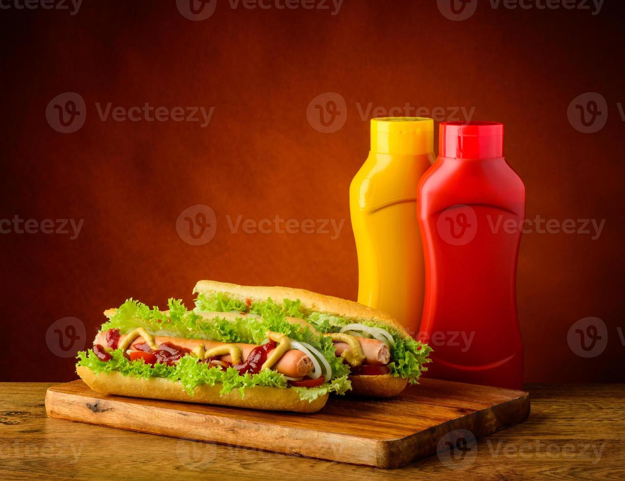 twee hotdogs met mosterd en ketchup foto