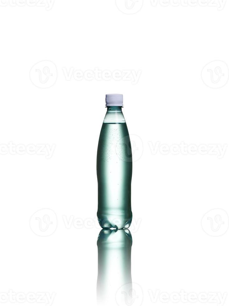 kleine plastic fles water geïsoleerd op een witte achtergrond foto