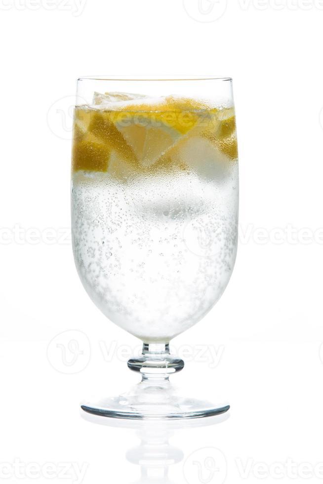 cocktail in een glas dat op een wit wordt geïsoleerd foto