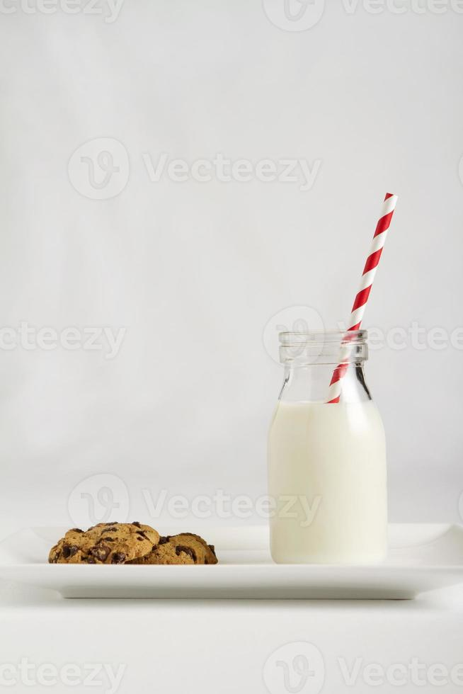 hedendaagse kerstmelk en koekjes snack voor santa verticaal foto