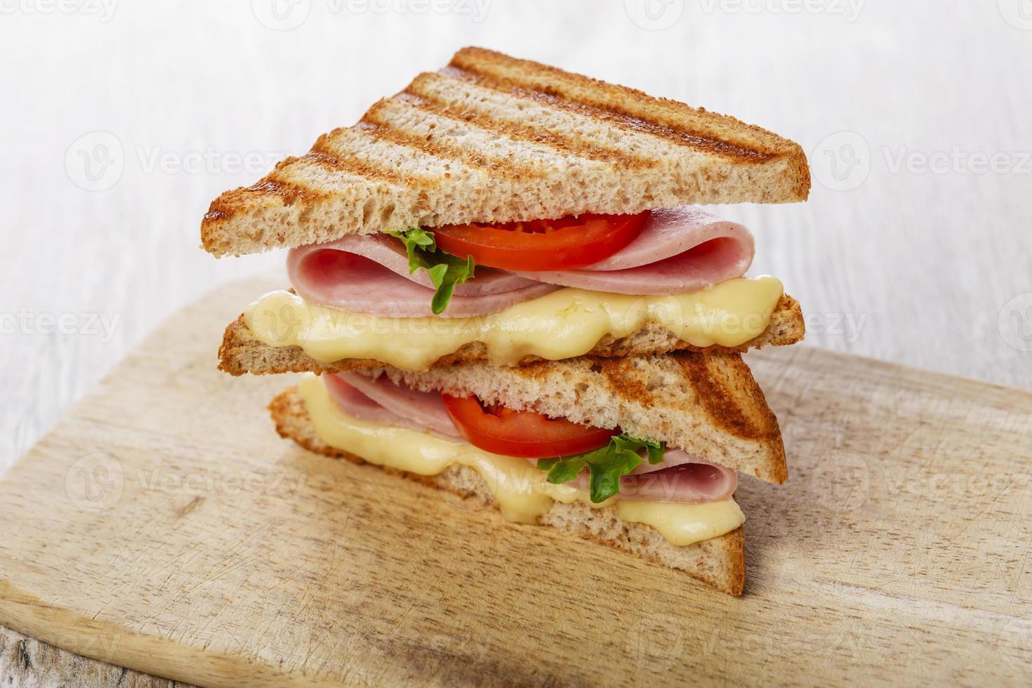 toast sandwich gegrilde ham met kaas en tomaten foto