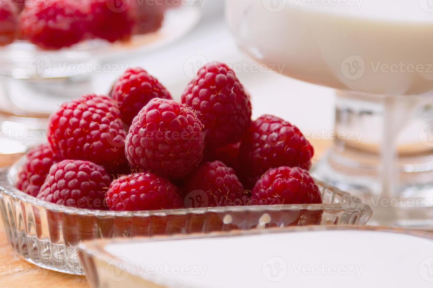 ingrediënten: frambozen, melk, room foto