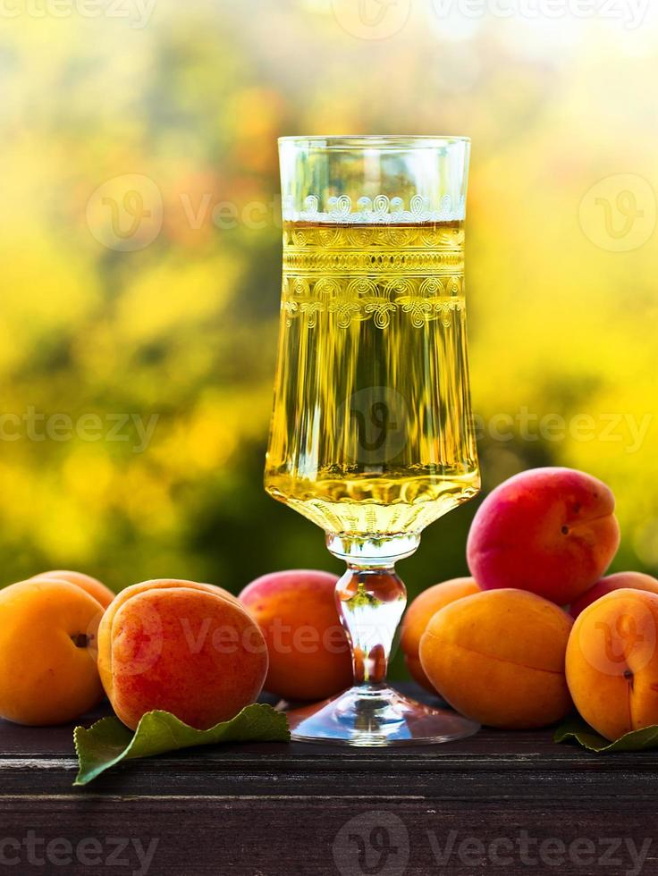 zoete wijn en rijpe abrikozen foto
