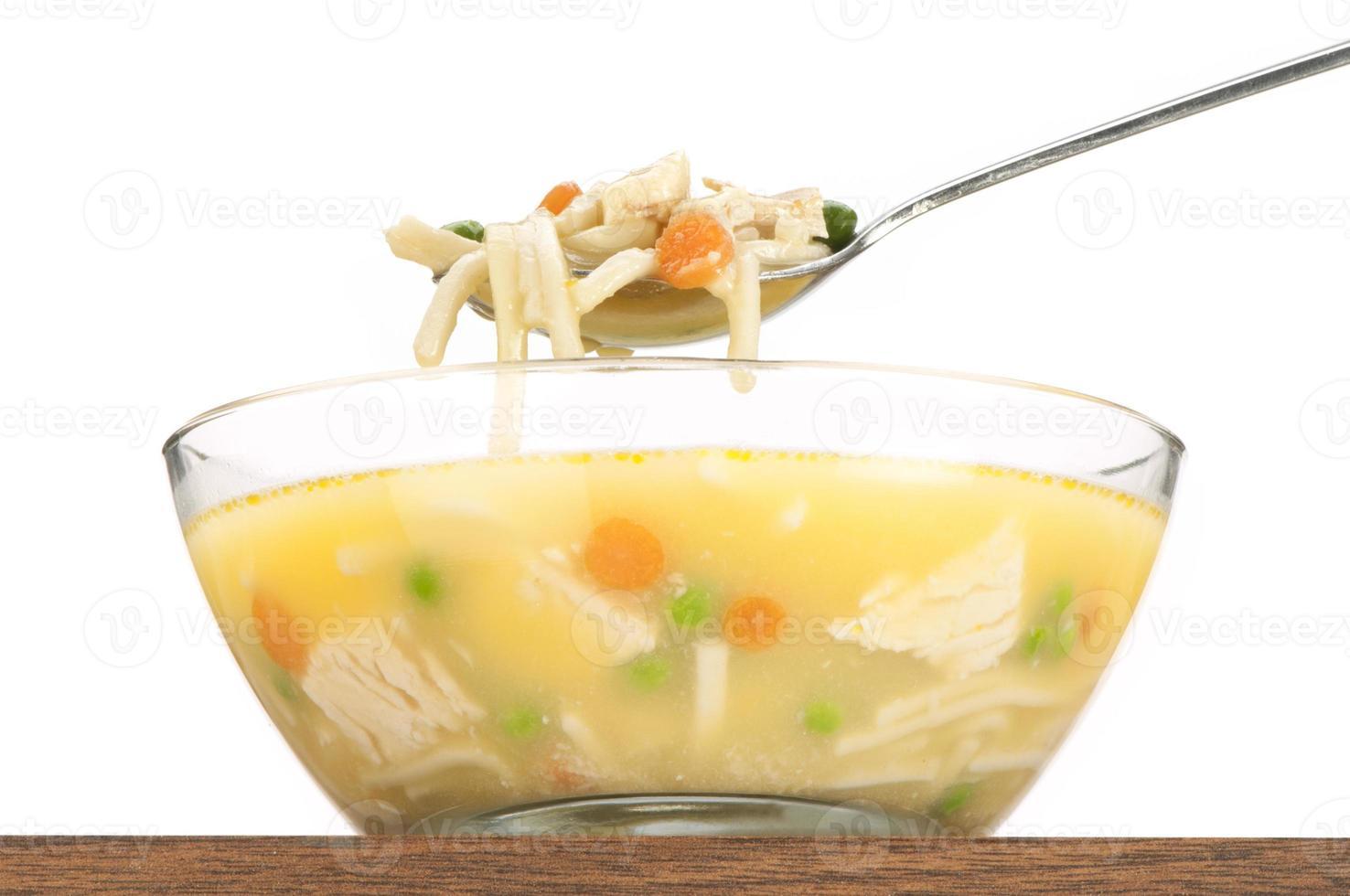 lepel kip noodlesoep boven kom-close-up geïsoleerd, geïsoleerd foto