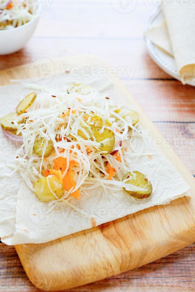 vulling voor pitabroodje en salade foto
