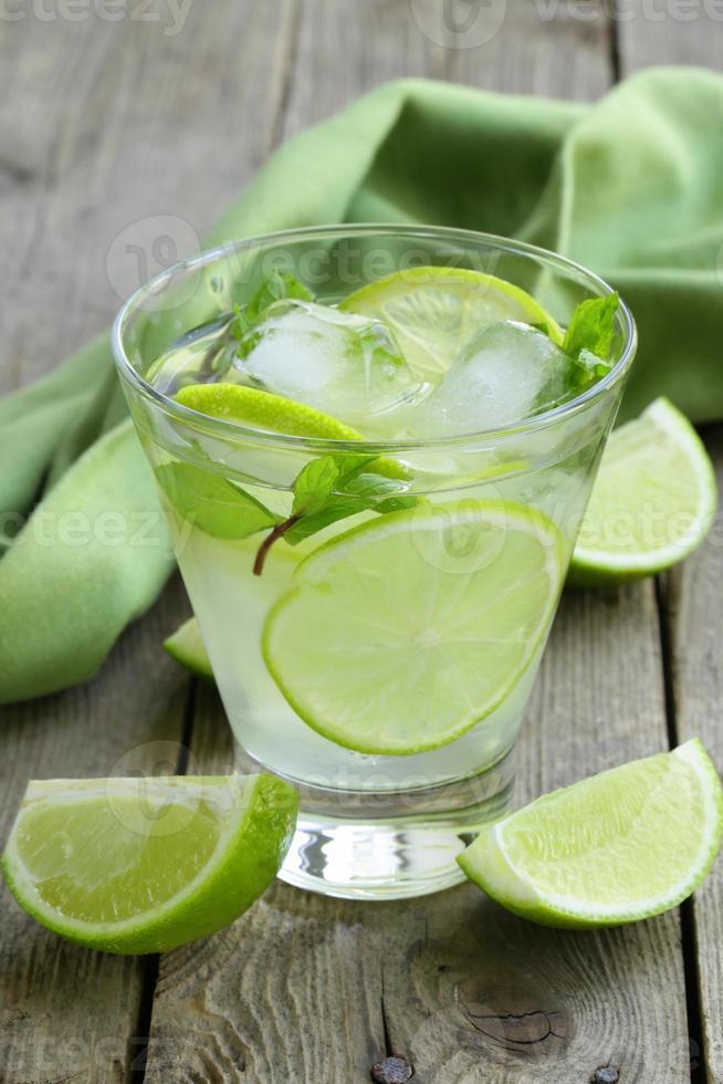 mojito cocktail met limoen, munt en ijs foto