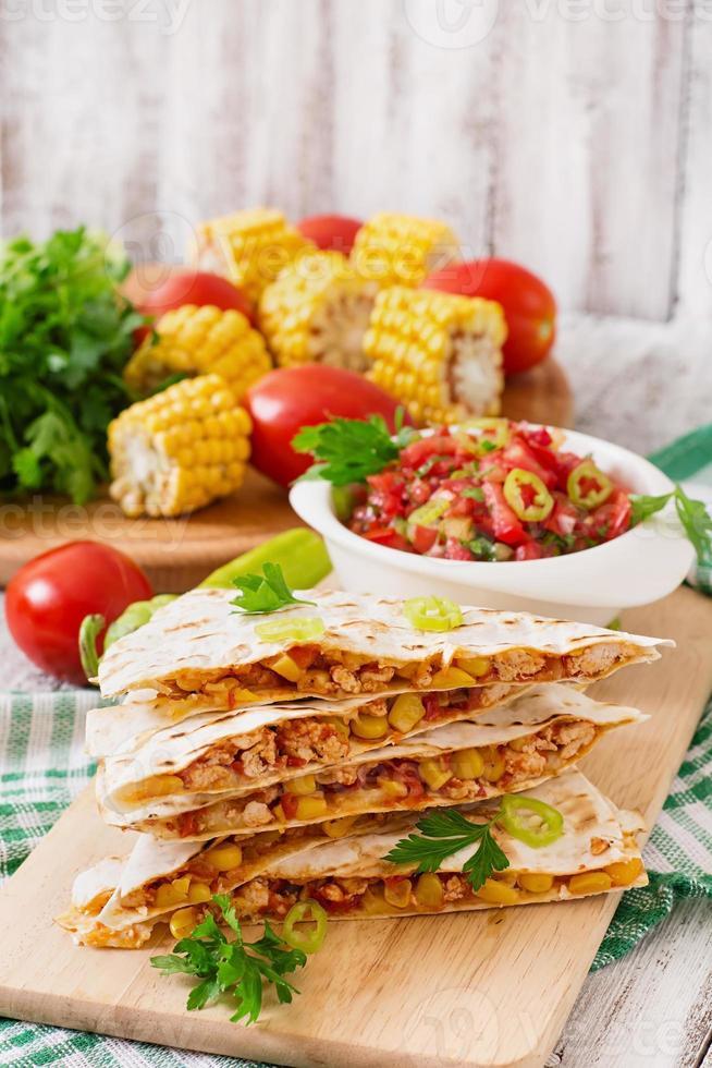 Mexicaanse quesadilla wrap met kip foto