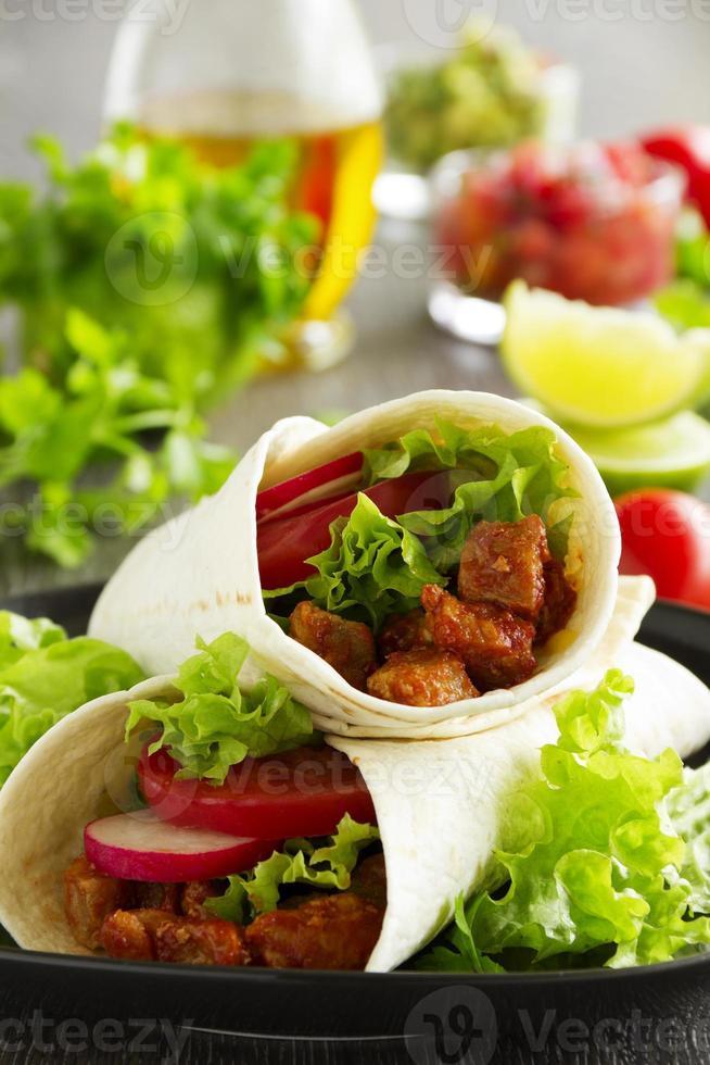 burrito met varkensvlees en tomaten. foto