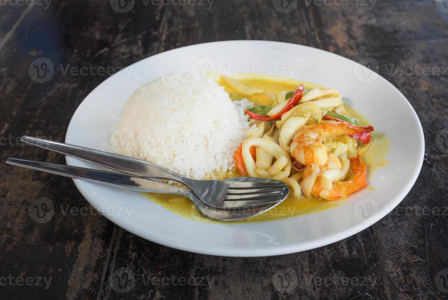 Thais eten garnalen in curry pasta foto