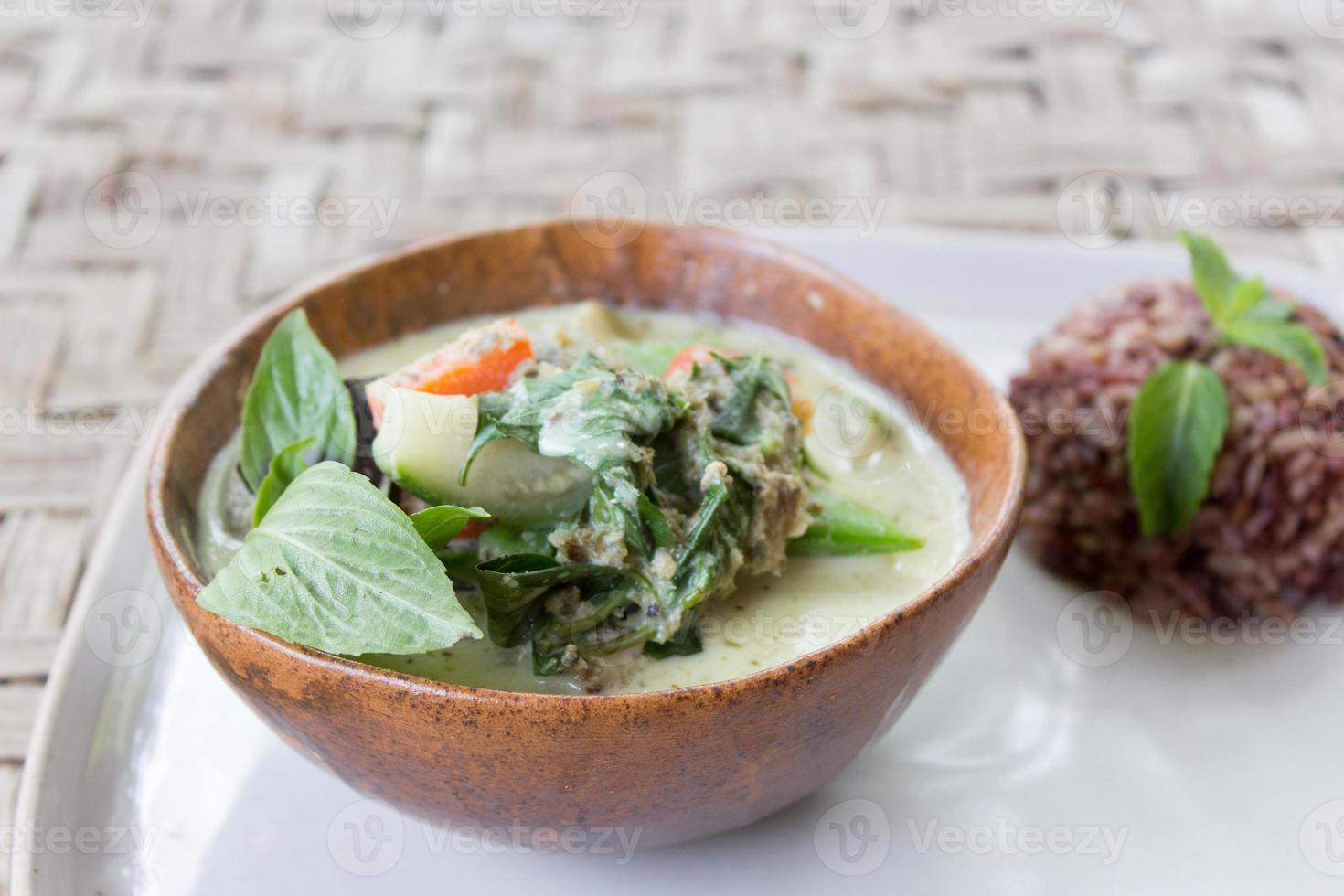 groene Thaise curry met bruine rijst foto