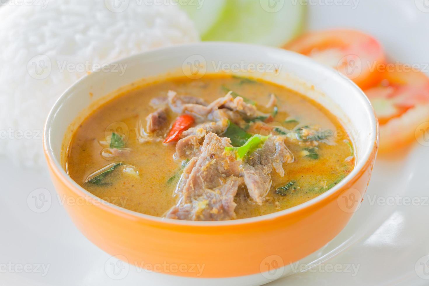 rode curry met rundvlees foto