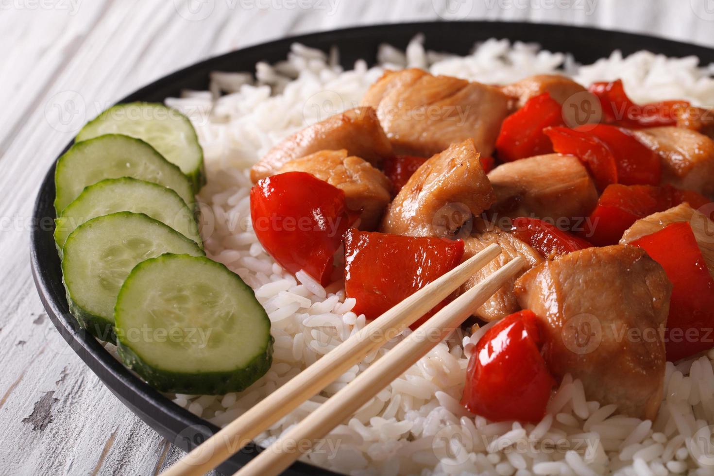 rijst met kip en groenten close-up. horizontaal foto