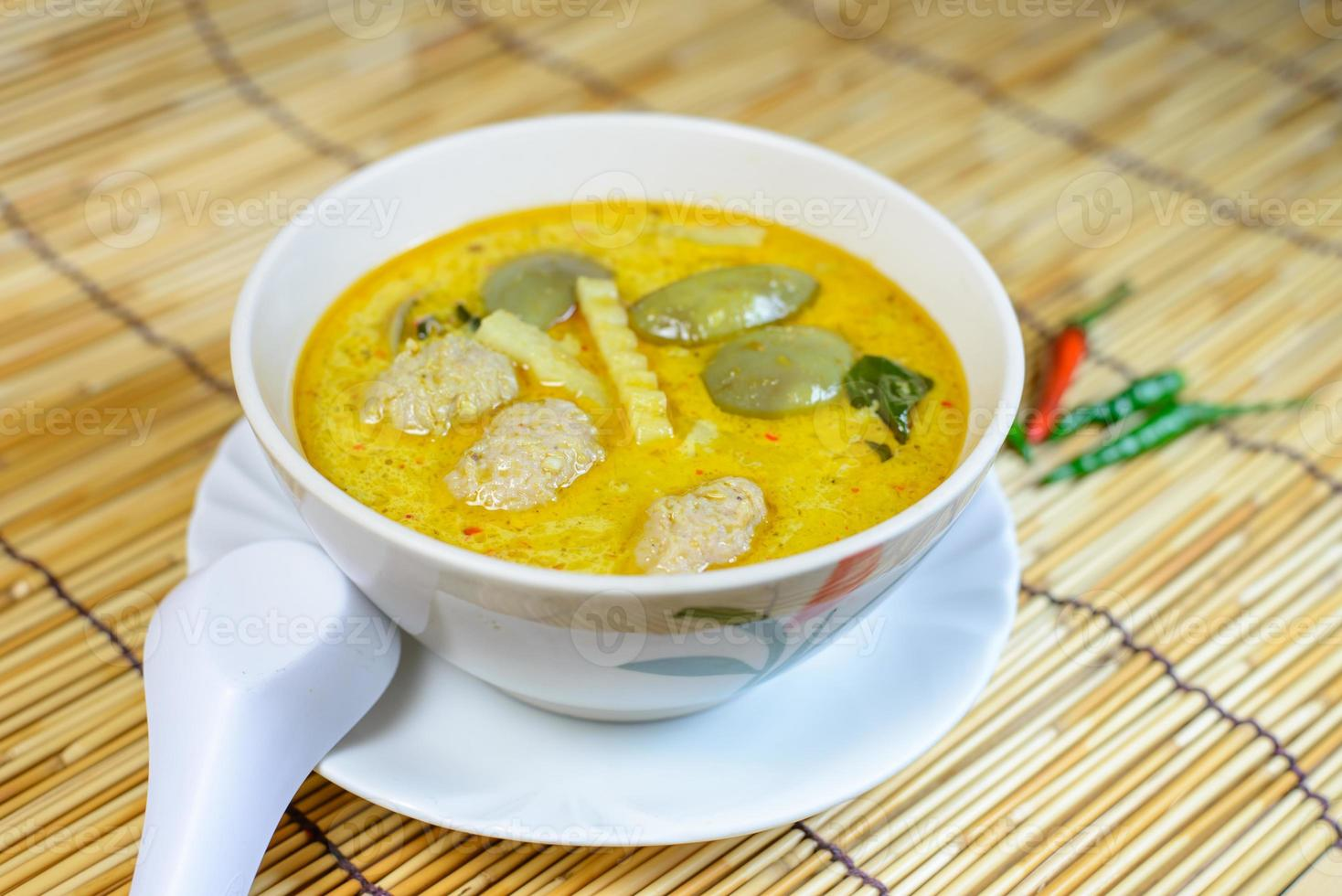 groene varkensvlees bal curry, Thaise keuken foto