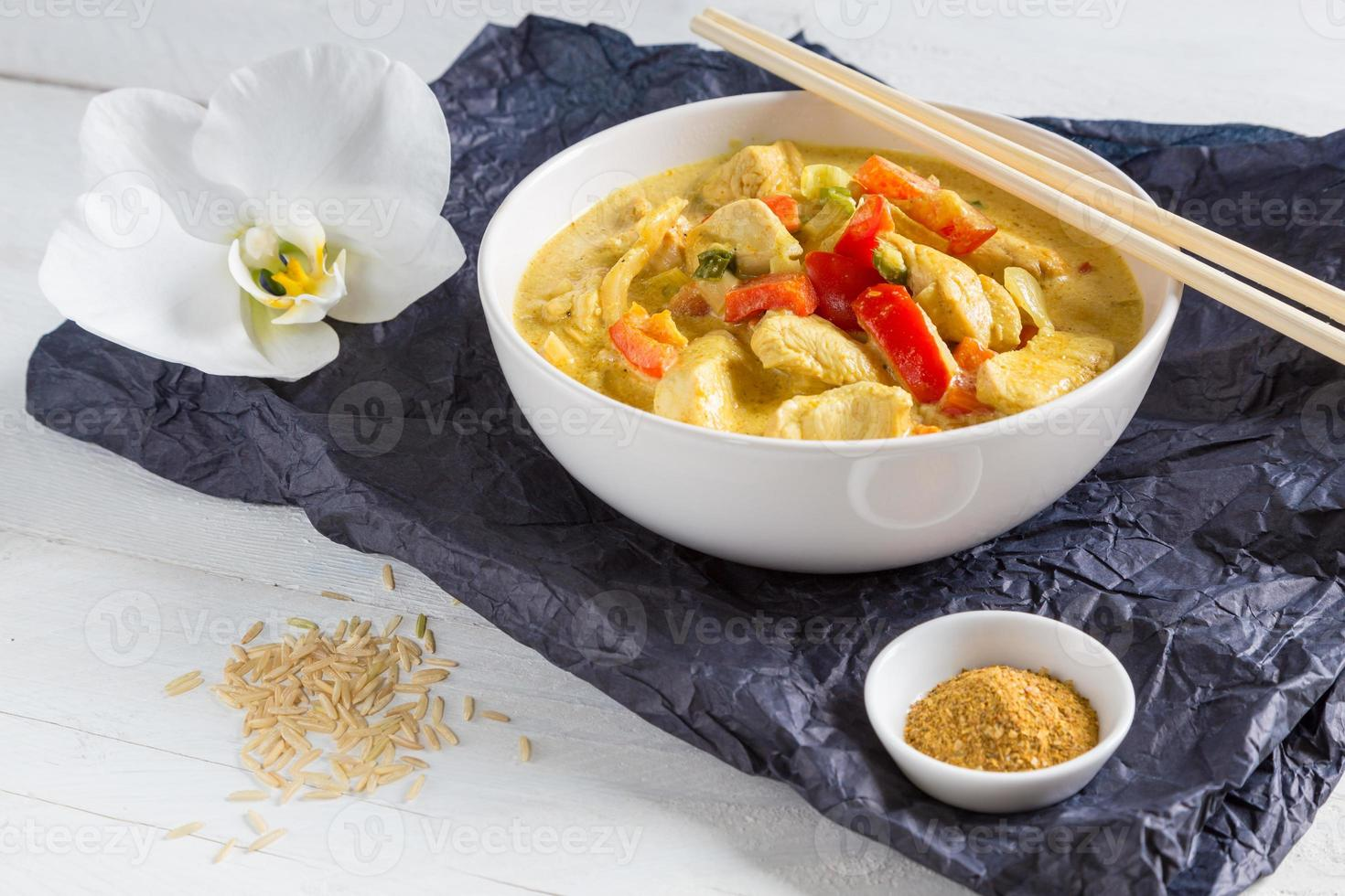Thaise curry in een kom op hout foto