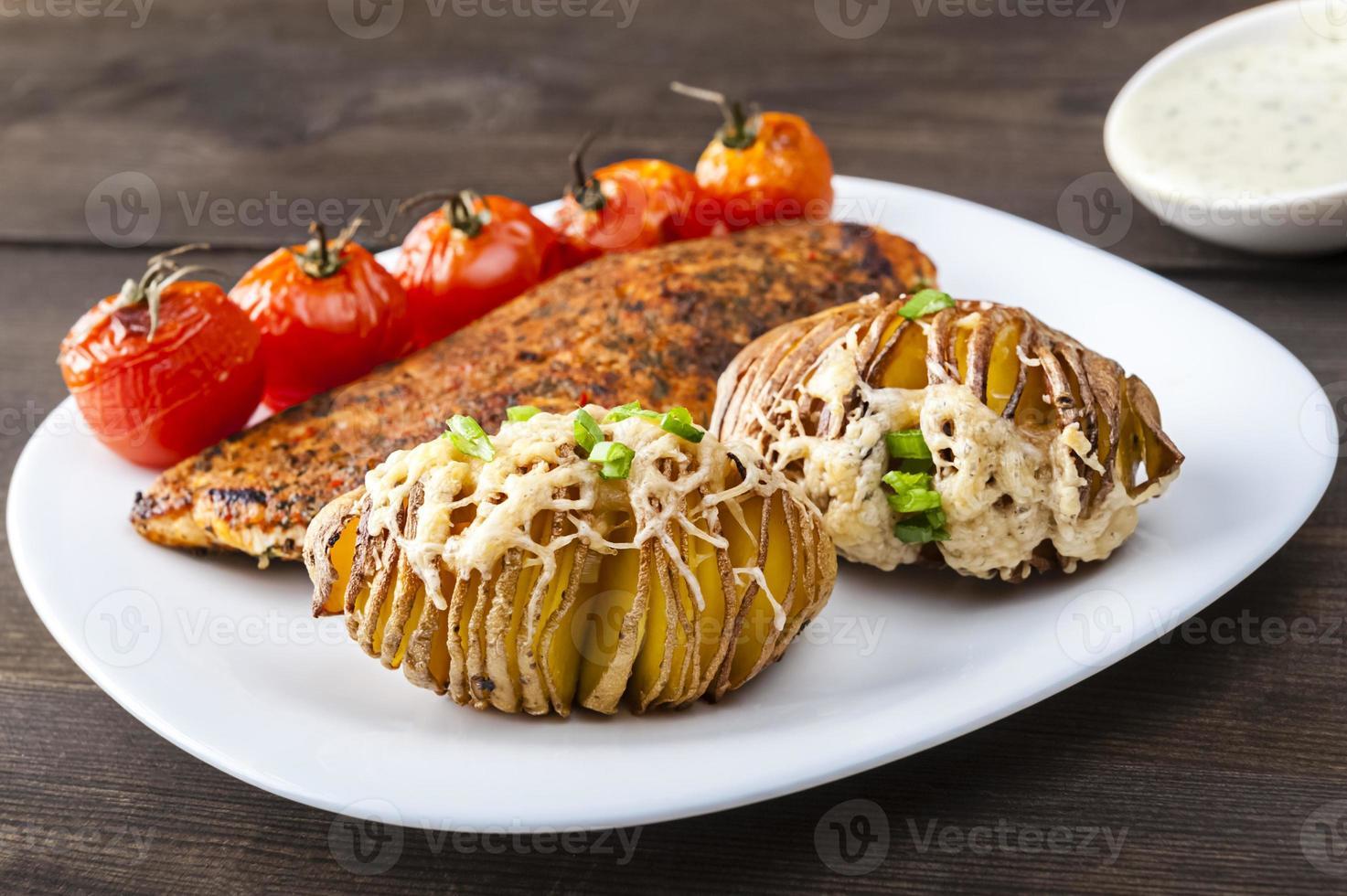 gebakken aardappelen met gegrilde kip foto