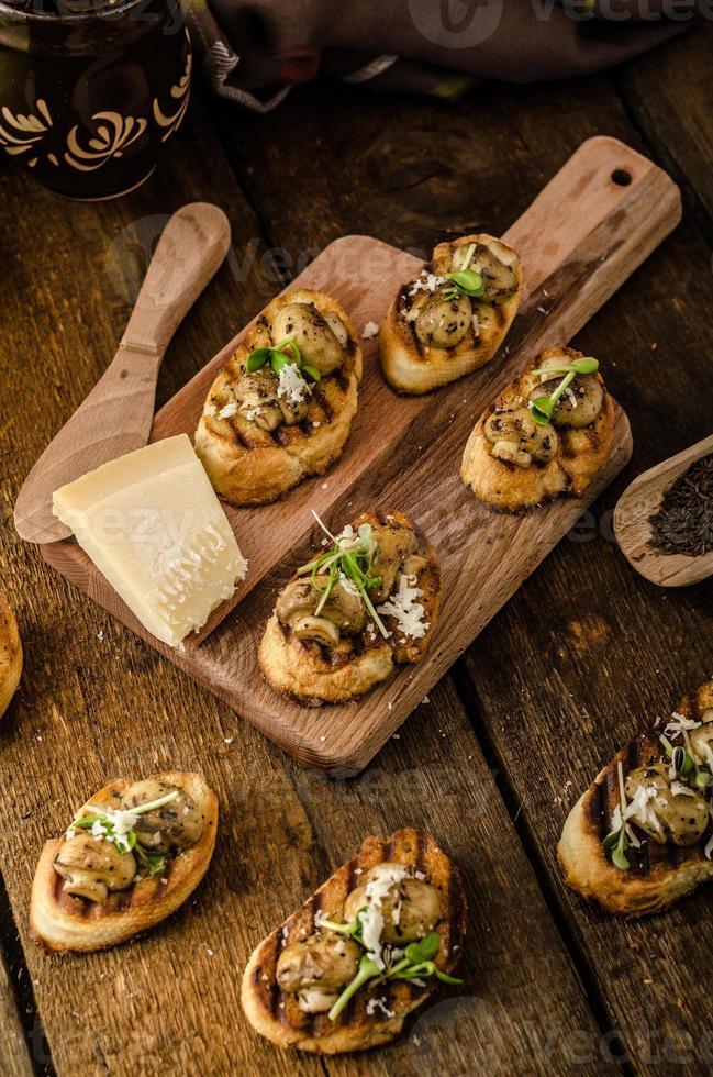 Champignonsnacks op gegrild stokbrood foto