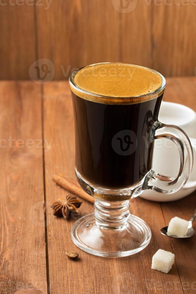 kopje koffie op hout foto