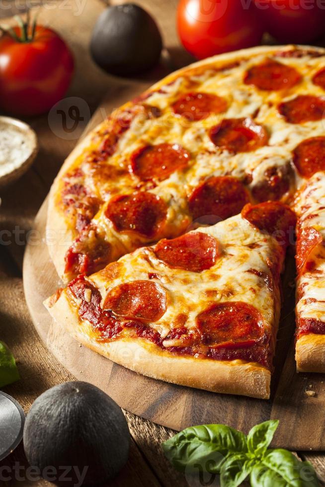 warme zelfgemaakte pepperoni pizza foto