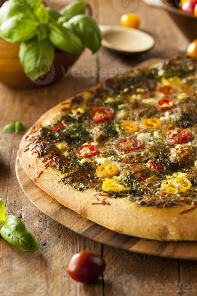 zelfgemaakte gegrilde pestopizza foto