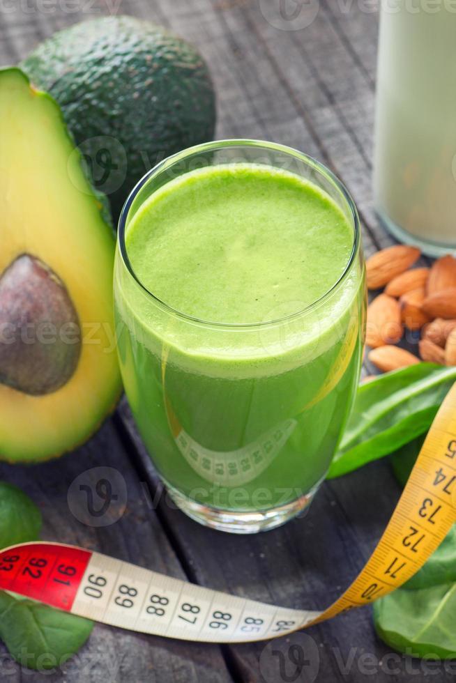smoothie met avocado en babyspinazie foto