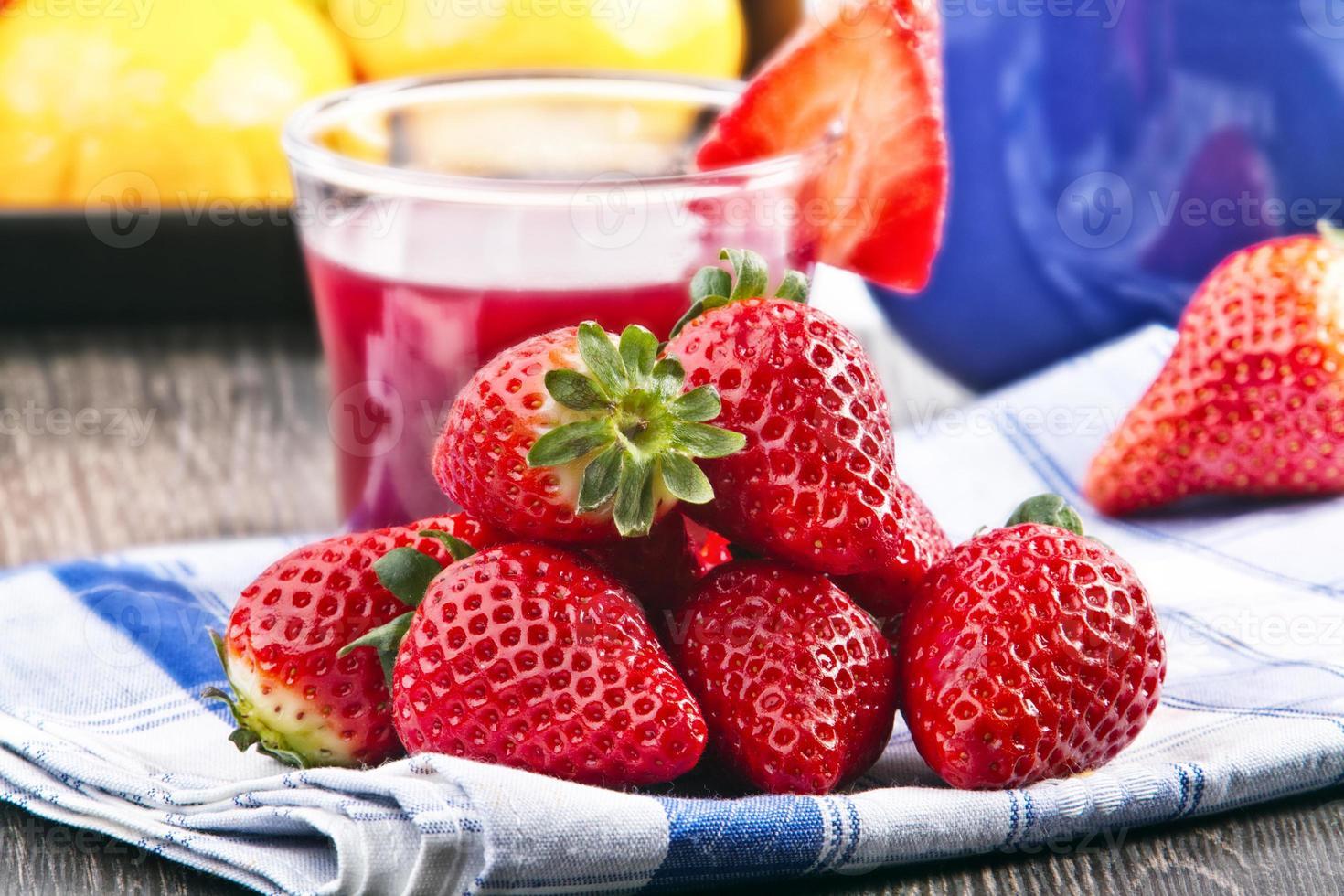 aardbeien, sinaasappel, appel en sap. foto