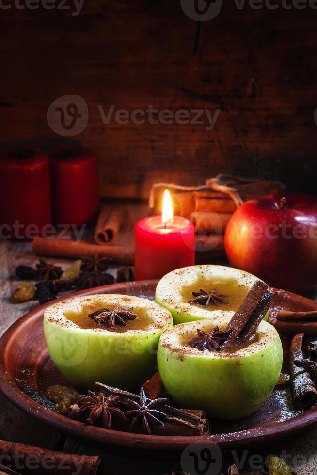 appelcider appels in helften met kaneel en anijs foto