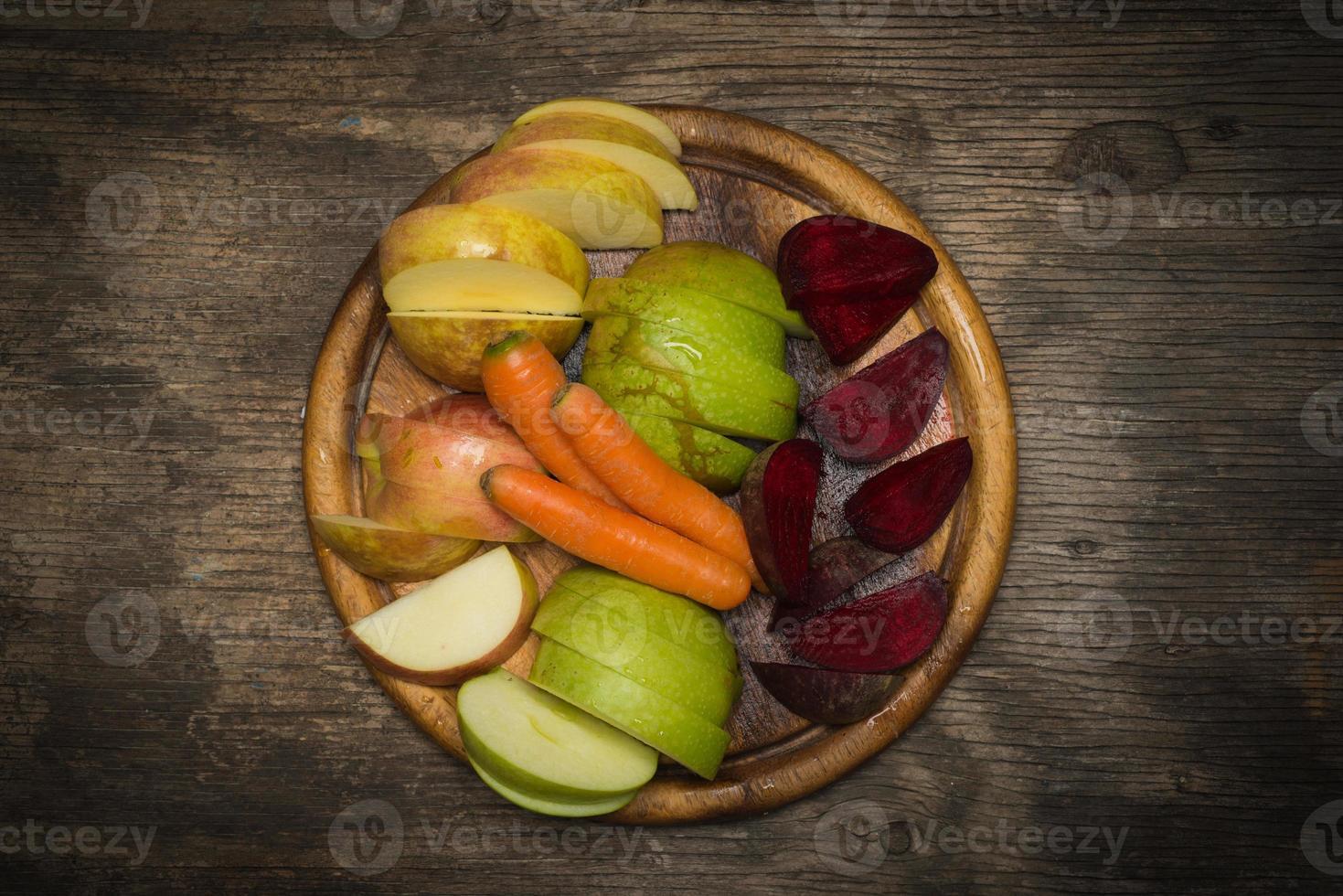rode biet, wortelen en appel foto