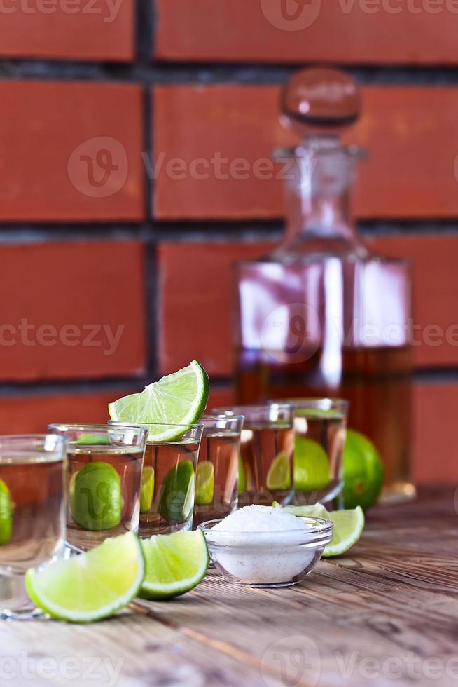 gouden tequila met zout en limoen foto