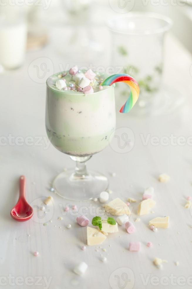 huisgemaakte milkshake witte chocolade, avocado / pistache en marshmellows foto