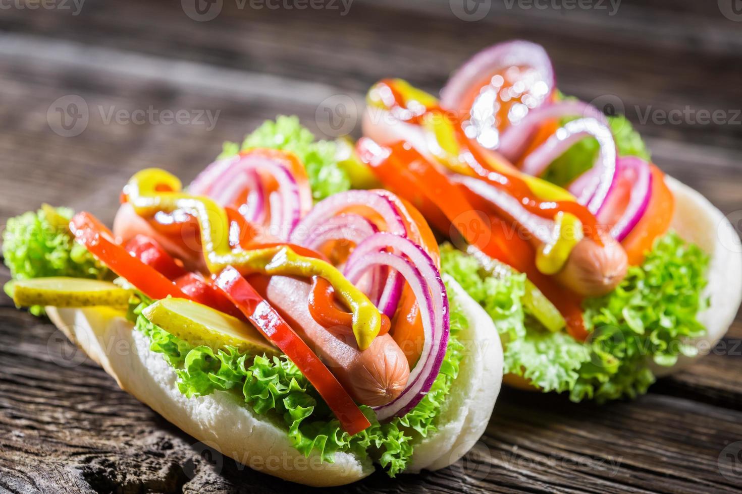 twee zelfgemaakte hotdog met verse groenten foto