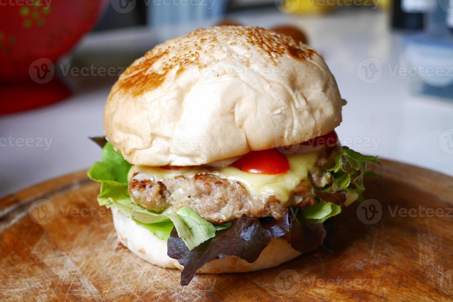 zelfgemaakte hamburger op houten plaat foto
