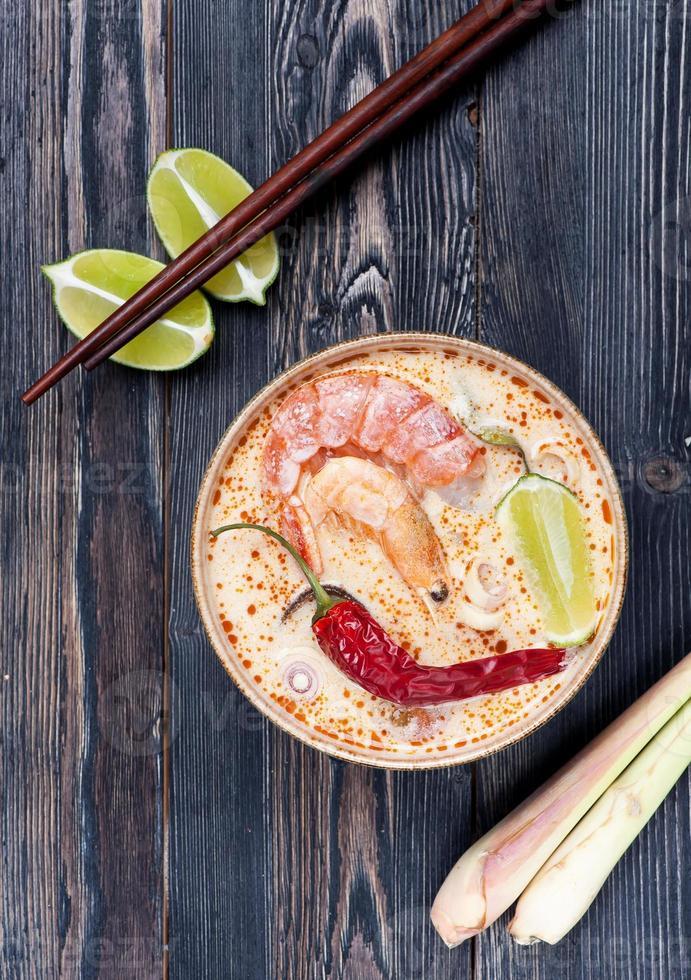 pittige Thaise tom yamsoep. zeevruchten Thais. foto