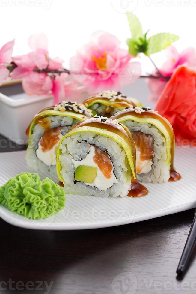 grote maki sushi. rol groene draak foto