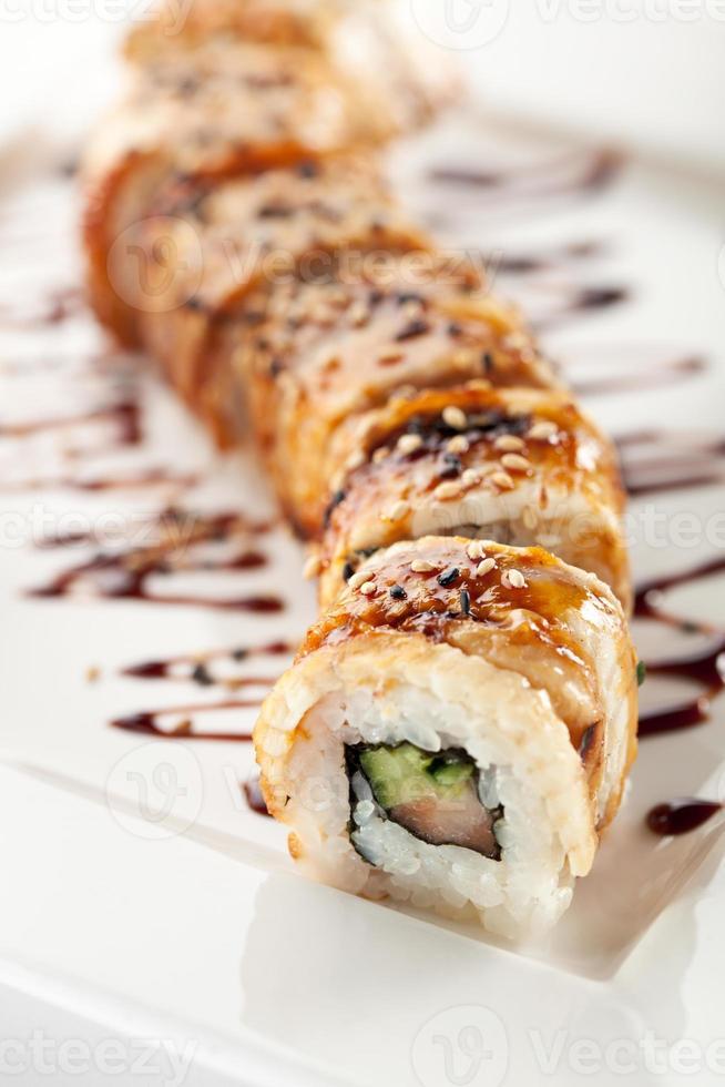 maki sushi met zalm en gerookte paling foto