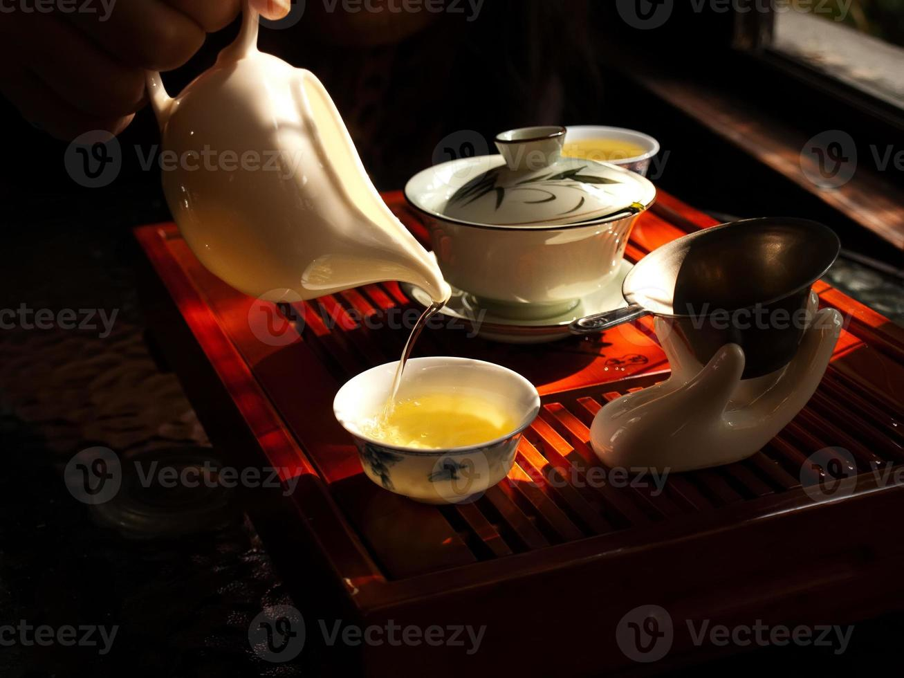 Chinese thee gieten foto