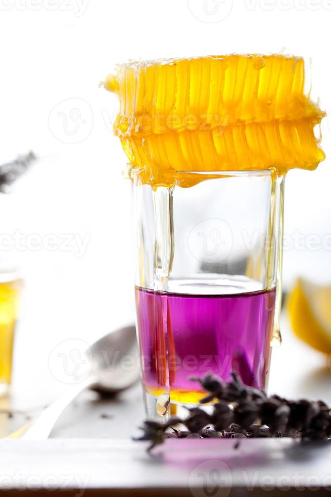 martini, lavendel, honing, citroen cocktail op een witte achtergrond. vermout. foto