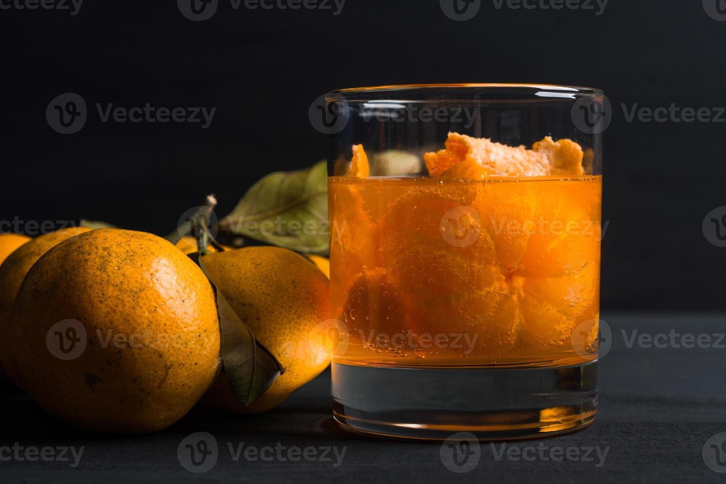 oranje cocktail met sinaasappels foto