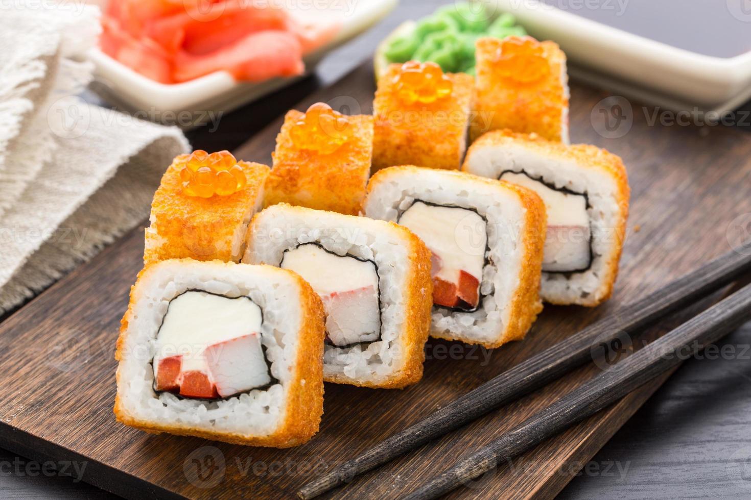 gebakken sushi roll met garnalen en kaviaar foto