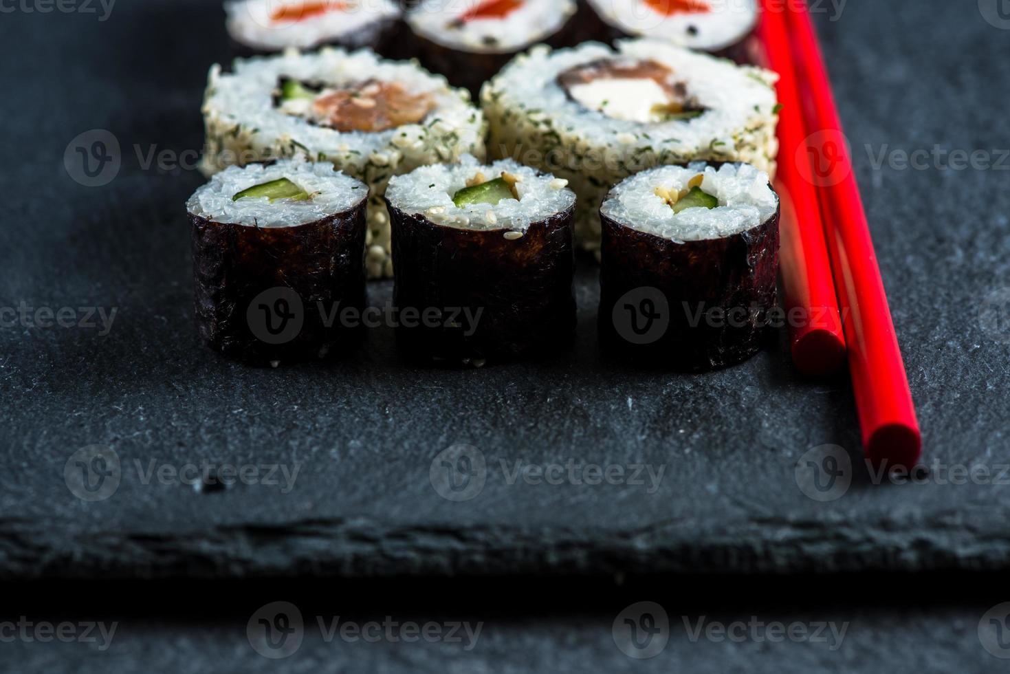 Japanse sushi met stokjes foto