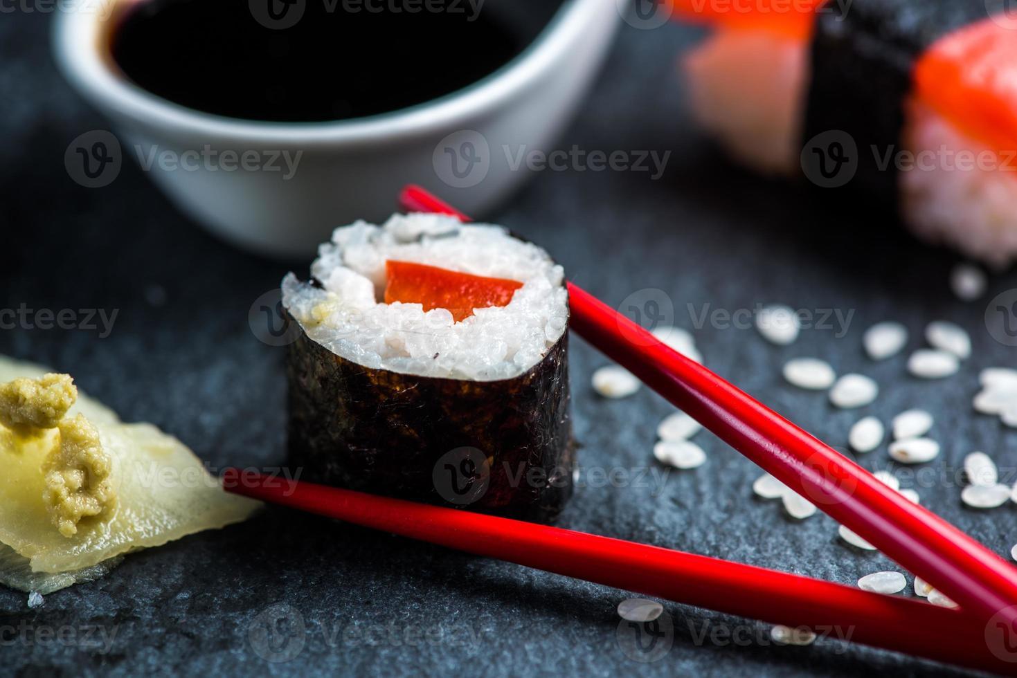sushi, eetstokjes en wasabi foto