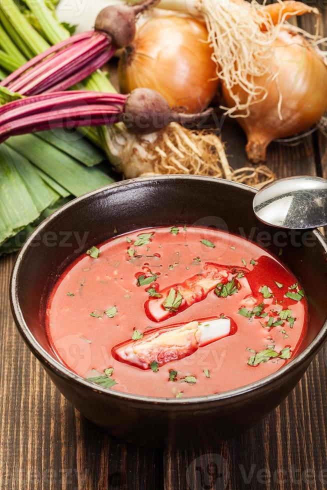 bietensoep met ei en groenten in een kom foto