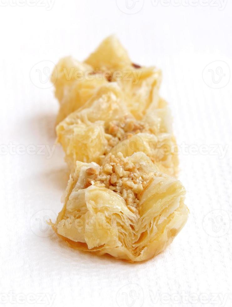 krokante schilferige heerlijke baklava - focus vooraan foto