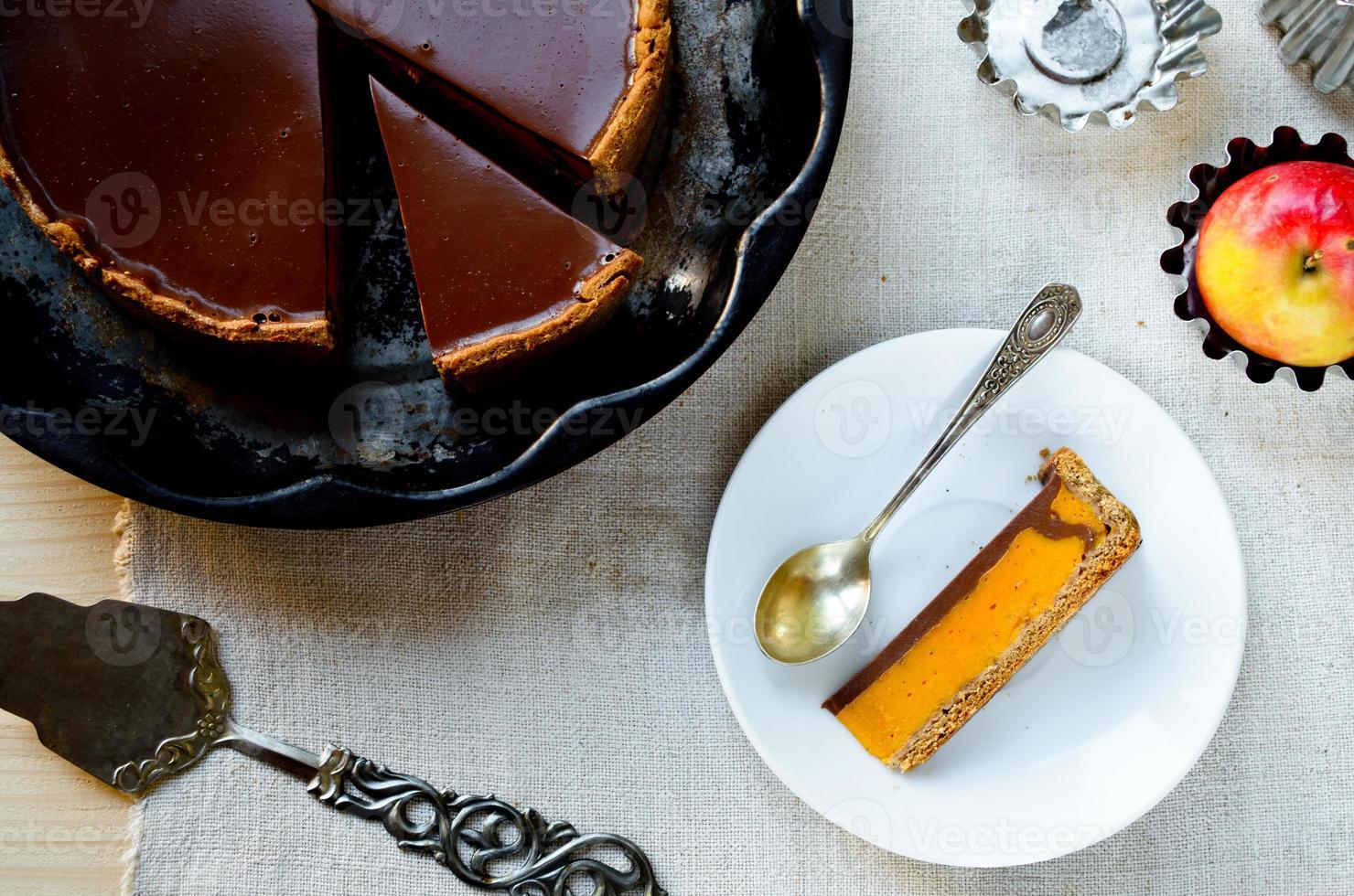 zelfgemaakte pompoentaart met chocolade topping foto