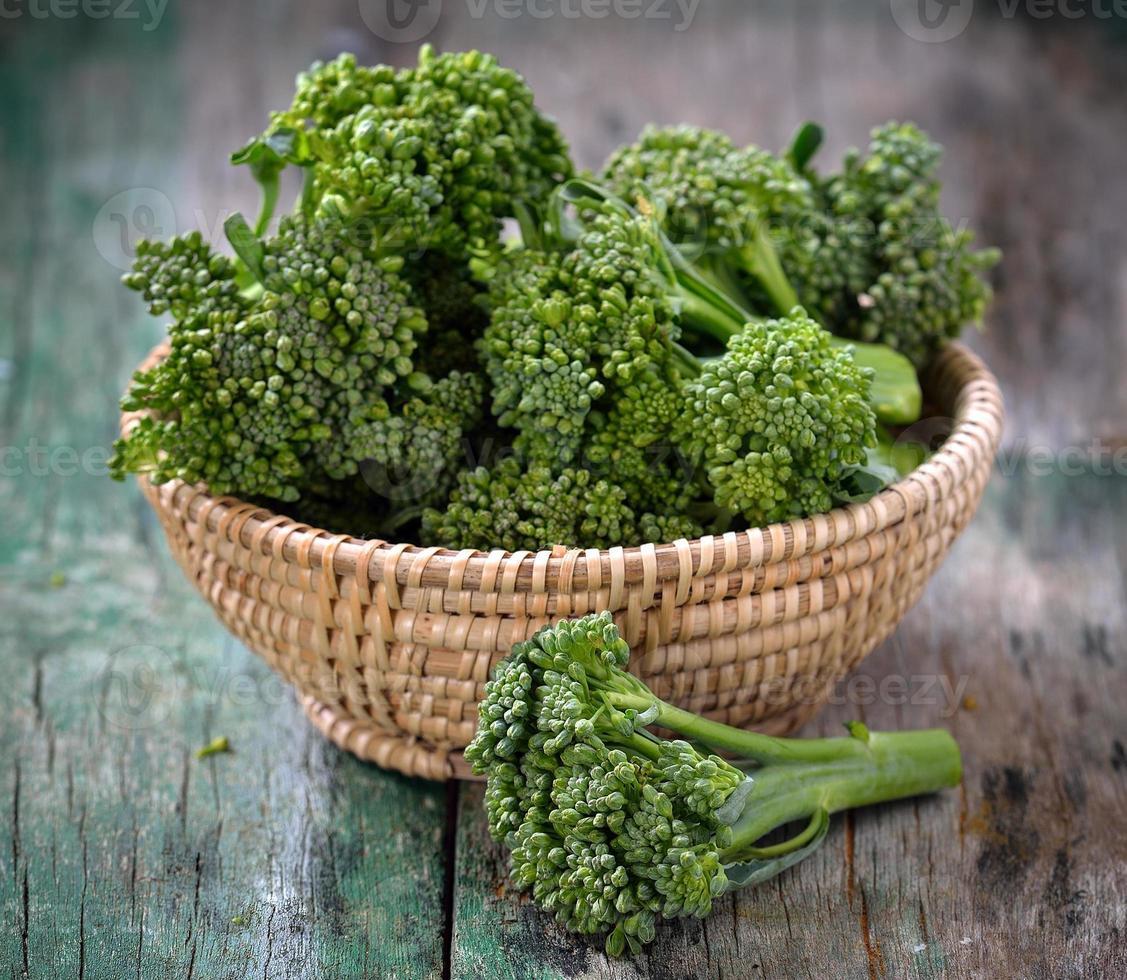 verse broccoli in een mandje foto