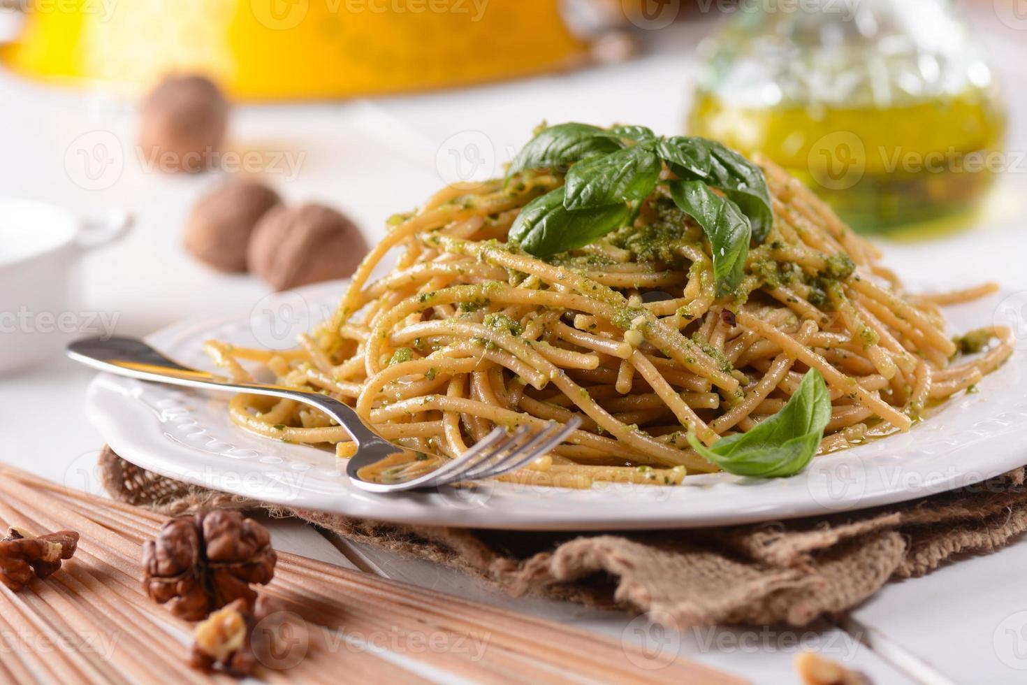 spaghetti met walnotenpesto foto