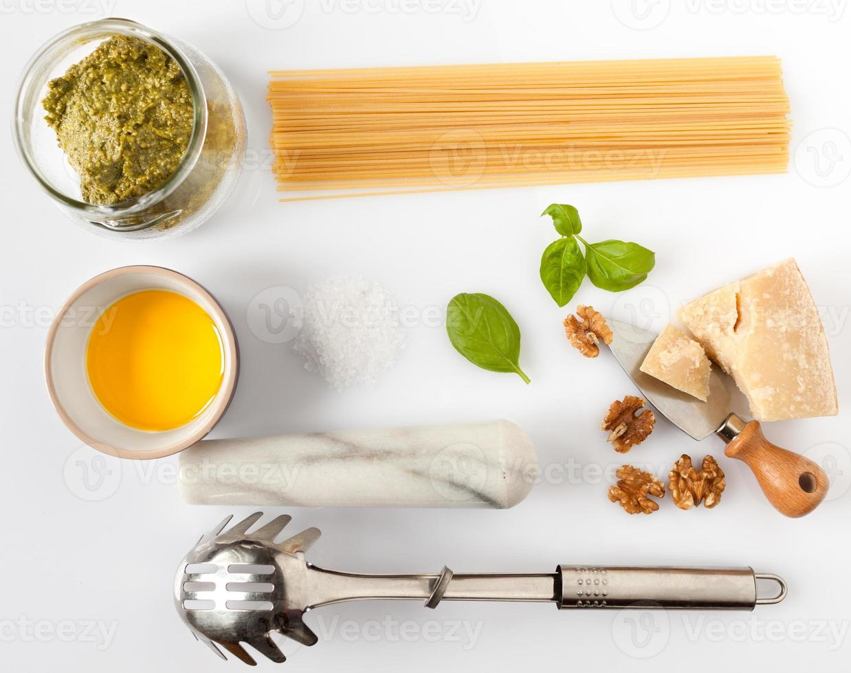 ingrediënten voor spaghetti met pesto foto